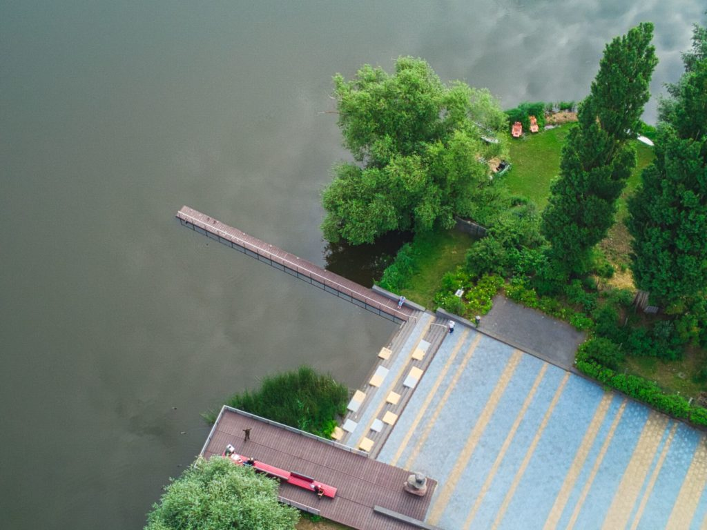 Blick auf die Plattform am Mündesee