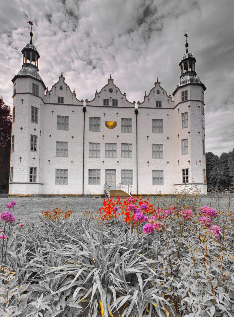 Schloss Ahrensburg Südseite mit Blumenbeet